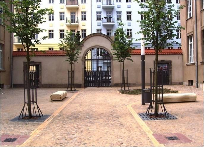 Neue Portale und Türen aus Stahl, Regenwasserrinnen und - einläufe, neue Außenmöbel
